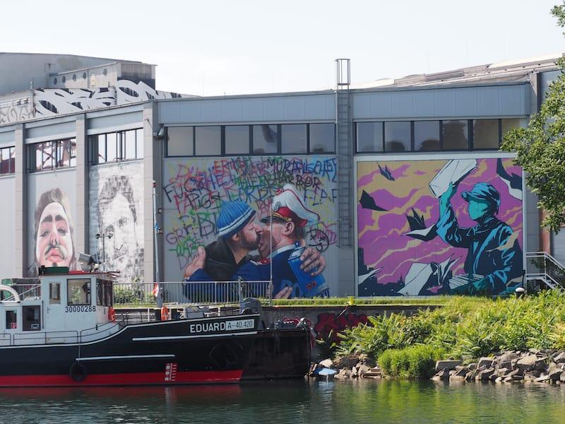... findet direkt in einem stillgelegten Teil des Linzer Hafengeländes statt ...