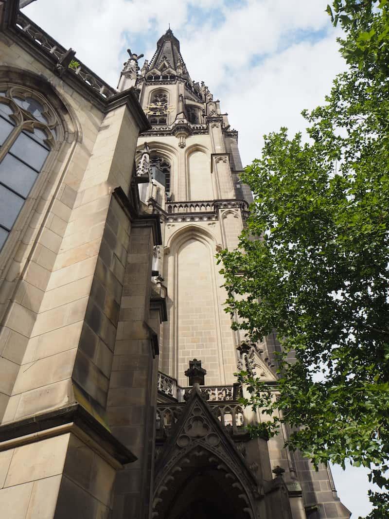 """... lernen unter anderem, dass man in diesem Turm des Marinedoms von Linz eine Woche lang als """"Turm-Eremit"""" nächtigen kann ..."""