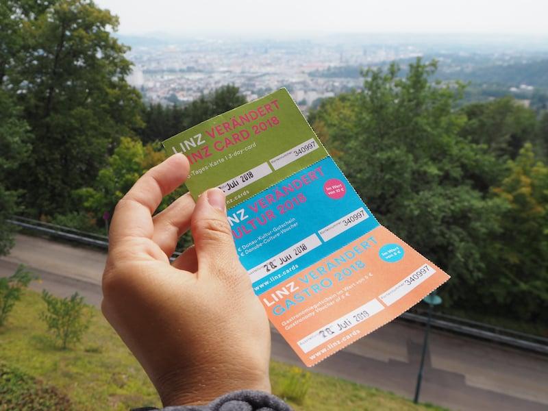 Mit der Linz Card seid Ihr auf alle Fälle gut gerüstet, was freie oder ermäßigte Eintritte in die wichtigsten Attraktionen der Stadt betrifft.