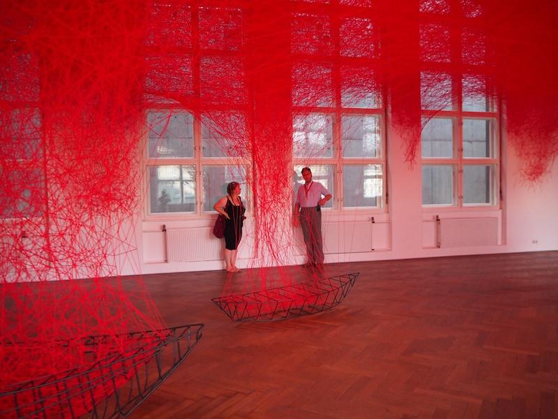 """... sowie diesem einzigartigen Kunstwerk einer japanischen """"Woll-Künstlerin"""", die aus zig Fäden ganze Räume zu """"füllen"""" vermag!"""