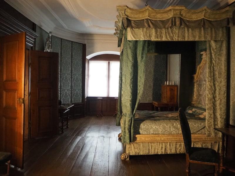 ... mit seinen imposanten und obendrein wirklich gut erhaltenen, alten Mobiliar aus der Zeit vor über 200 Jahren ...