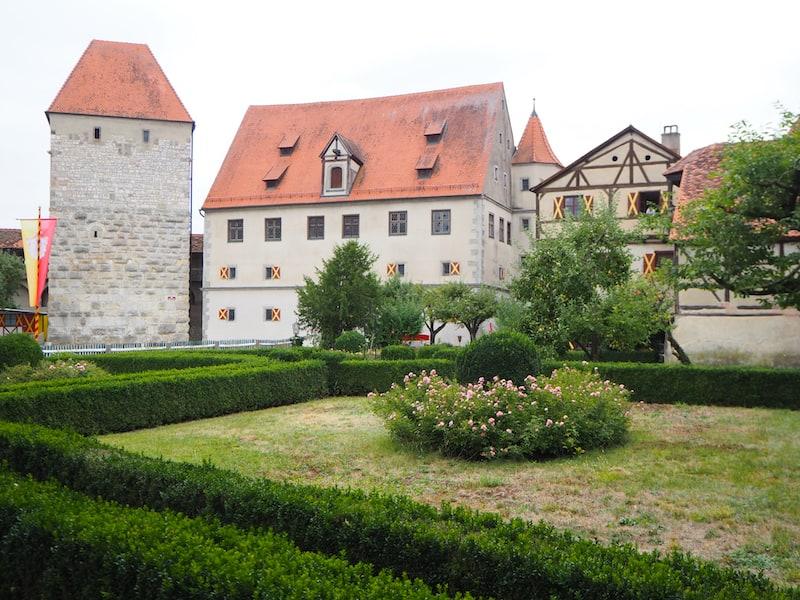 ... lohnt ebenso den Besuch wie die nicht weit entfernte Burg Harburg ...