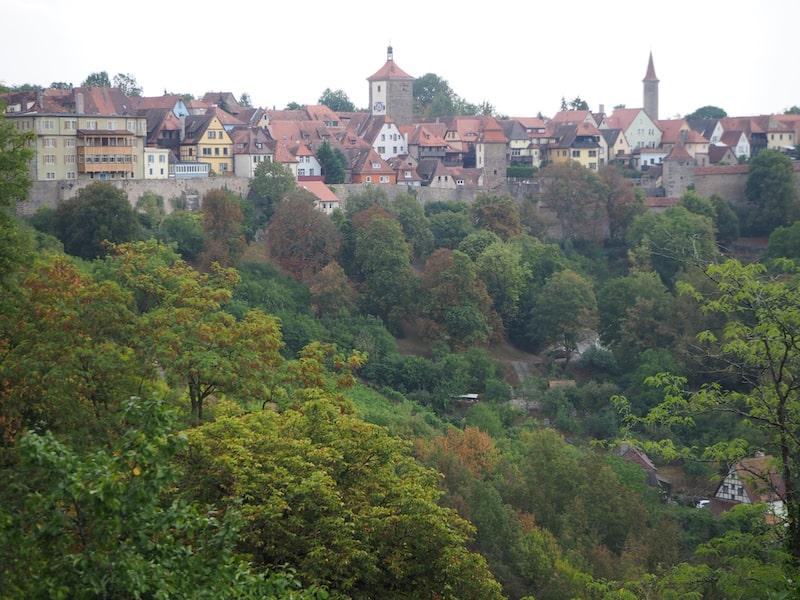 Rothenburg ob der Tauber profitiert neben seiner Altstadt-Romantik von der schönen Lage am Felsen über dem Fluss ...