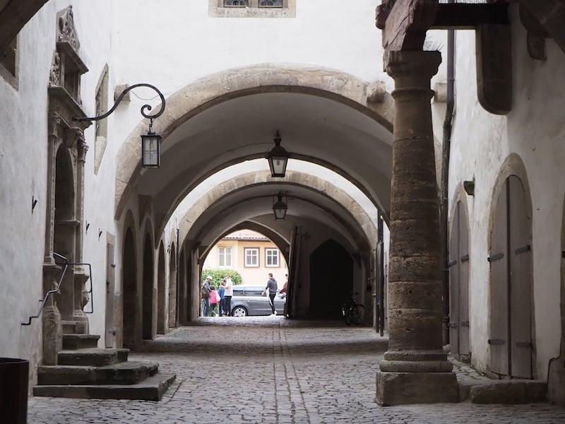 .. dem Blick durch die historischen Gassen und Hinterhöfe ...