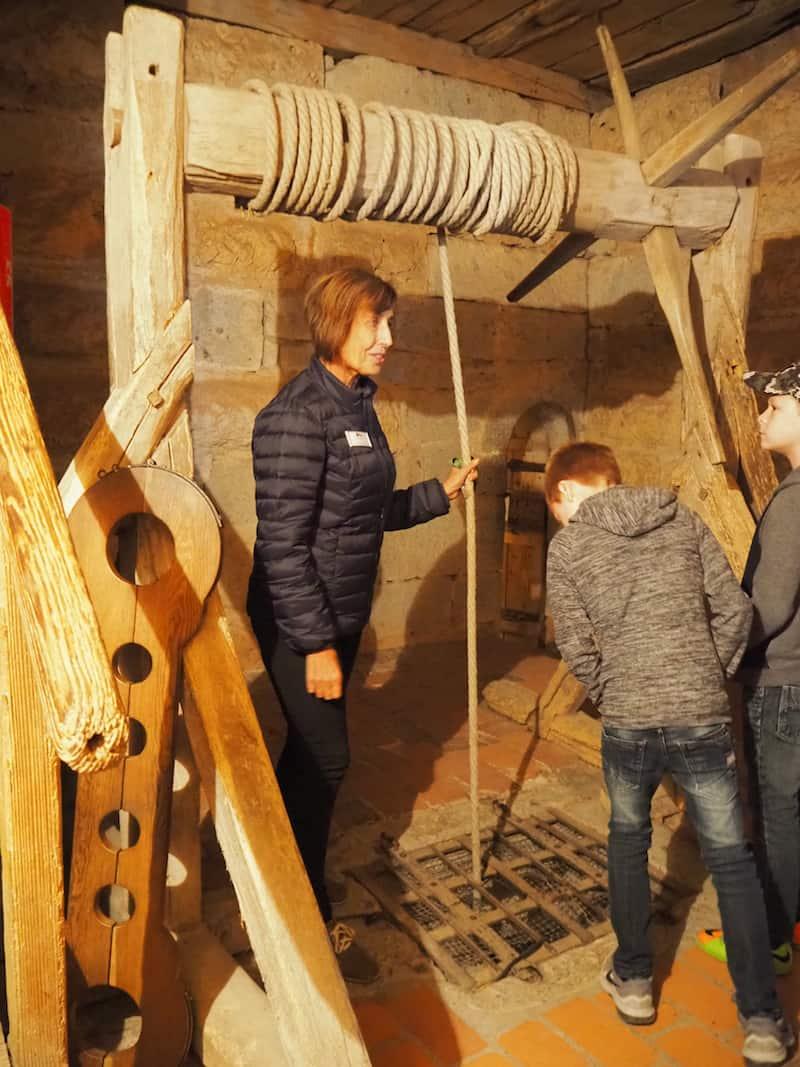 ... regelmäßige Führungen geben einen Einblick in das Leben früherer Burggenerationen, die bis in das Jahr 1150 zurückreicht.