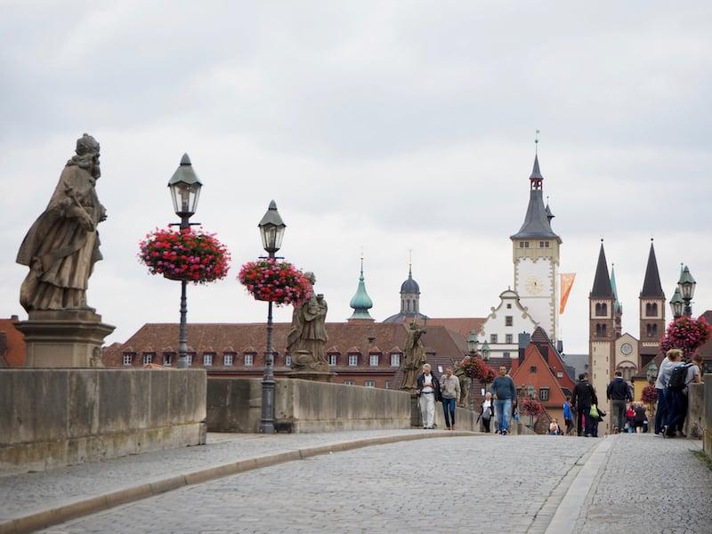 ... sowie am Fluss Main, über den die Marienbrücke hinein in die Altstadt Würzburgs führt.