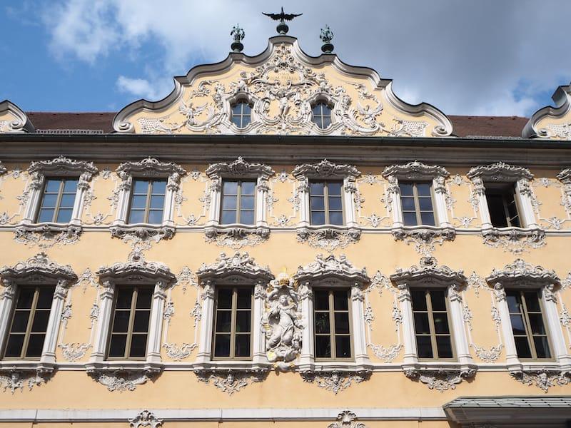 ... sowie natürlich die prächtigen Fassaden und Bauten der Innenstadt