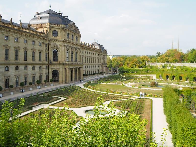 ... doch zunächst einmal: Verklärte Romantik pur bei der Außenansicht der berühmten Residenz & Gärten von Würzburg ...