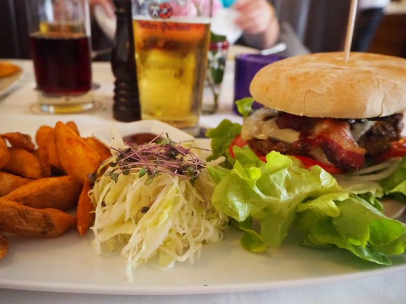 ... Zeit für ein abschließendes Bier & Burger-Menü ...