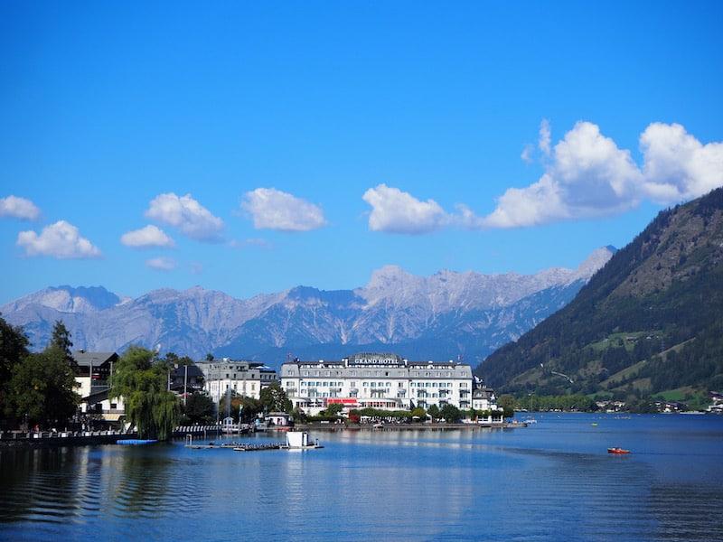 Auch das historische Grand Hotel hebt sich gegenüber der Bergkette Steinernes Meer im Norden besonders prachtvoll ab.