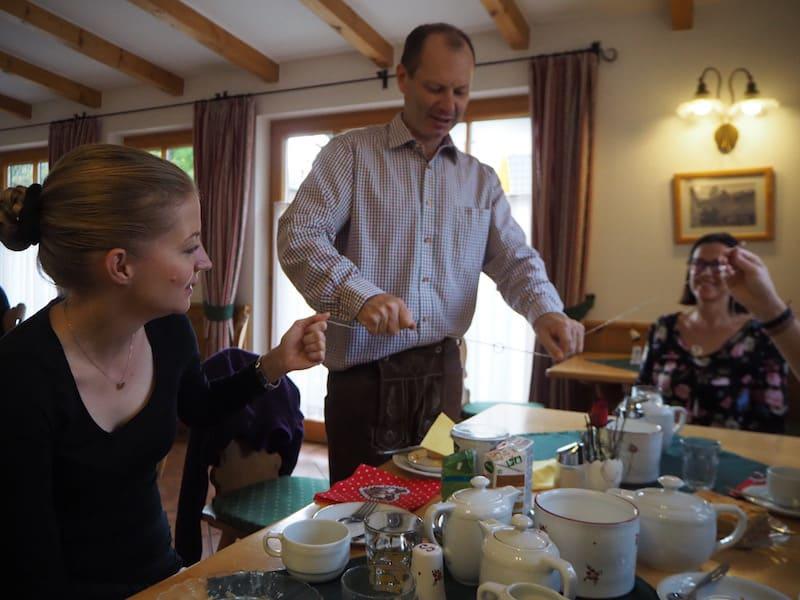 Gastgeber Bernd nimmt sich gerne Zeit für seine Gäste, wie hier schon beim Frühstück ...