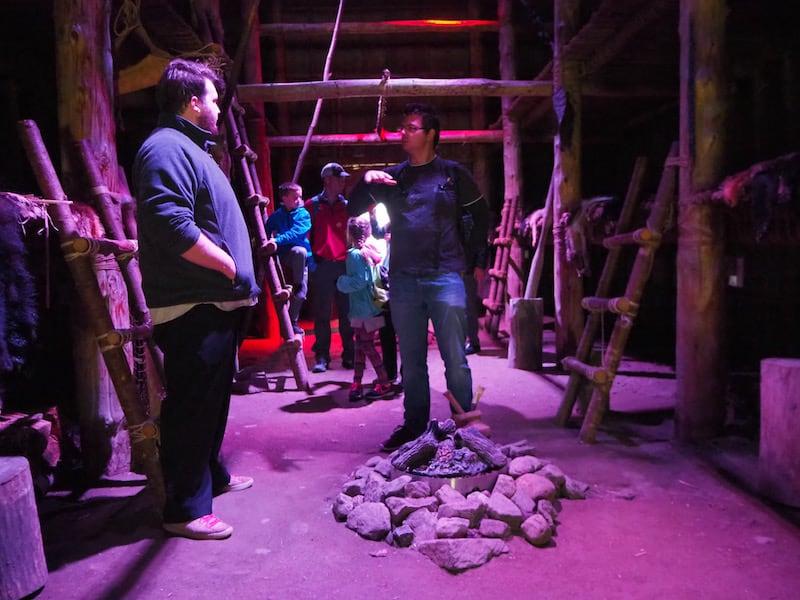 """... im """"Longhouse"""", dem traditionellen Langhaus der Ureinwohner selbst ..."""