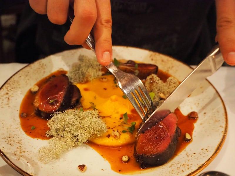 """... das """"Hôtel-Musée Premières Nations"""" selbst bietet schließlich feinste Gerichte in seinem Restaurant """"La Traite"""" an ..."""