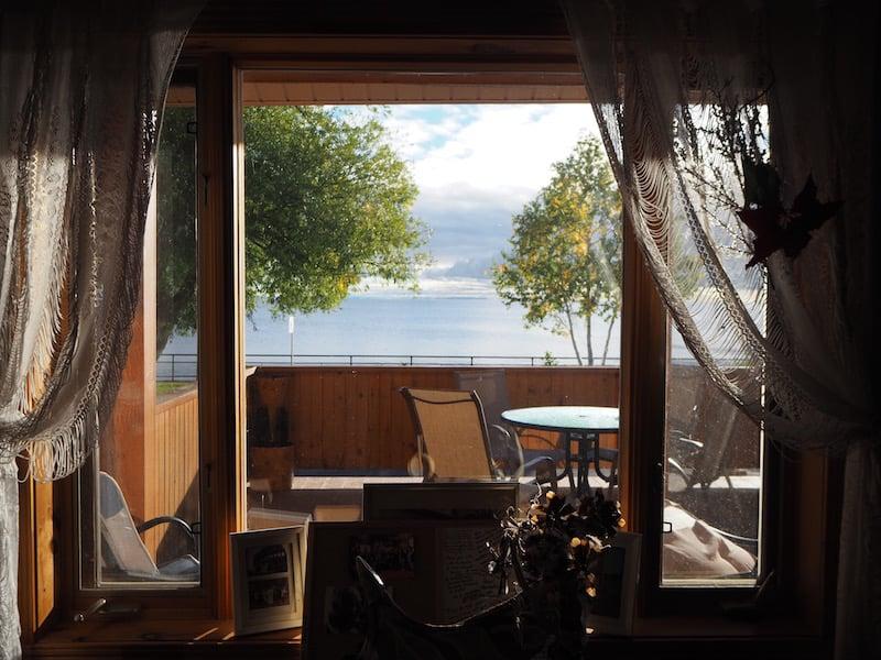 """... wir nächtigen im gemütlichen """"Maison Robert"""" direkt am Meer äh See (so riesig wirkt der See vom Frühstücksraum aus!) ..."""