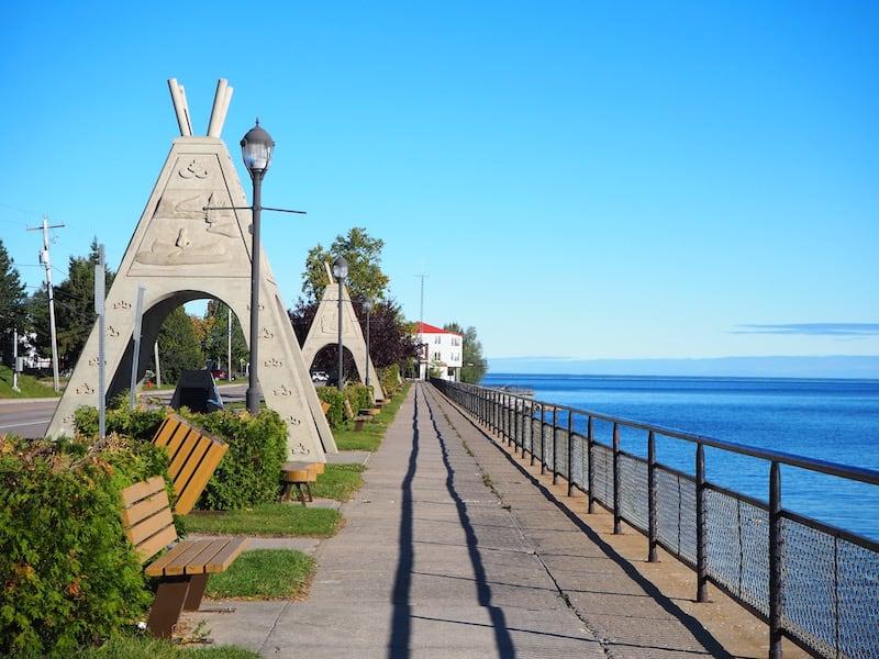 Auch an der Uferpromenade von Mashteuiatsh, am See Saint-Jean, befinden sich Hinweise auf die Kultur der Ilnu ...
