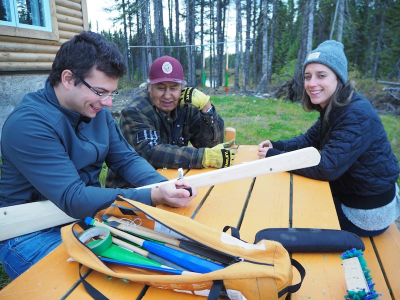 """Kurz nach unserer Ankunft schon erklärt Dave Bosum Georg, was """"Männersache"""" ist hier im Norden von Québec: Es gilt, ein Paddel für eines der Kanus zu schnitzen ..."""