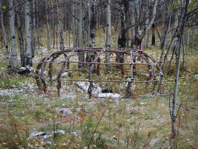 ... eine Original-Sweat-Lodge mitten im Wald deutet auf Spuren früherer Besiedlung ...