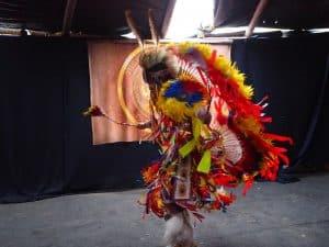 ... wir schlüpfen in das modern, groß gebaute Tipi und staunen ob der Vielfalt an dargebotenen Tänzen und Gesängen der Ureinwohnern von Calgary hier ...
