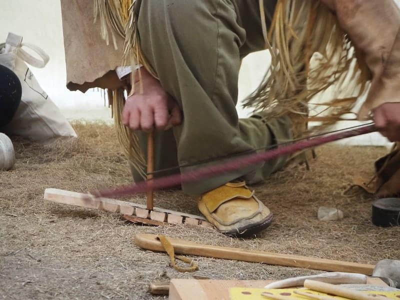 ... hier wird beispielsweise demonstriert, wie einst Feuer gemacht wurde ...