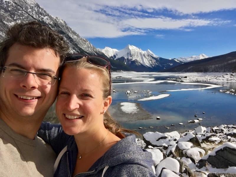 ... bei der Reise durch eine der schönsten Regionen der Welt, wie hier den Medicine Lake nahe Jasper in den kanadischen Rocky Mountains (mein Lächeln verbirgt, dass ich gerade klassisch mit Müdigkeit, Geruchsempfindlichkeit & Co. kämpfe) ...