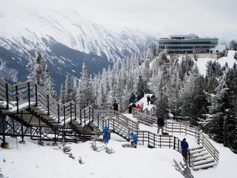 Oben angekommen: So schön ist die Bergwelt von Banff mit Blick auf die Bergstation der Gondelbahn ...