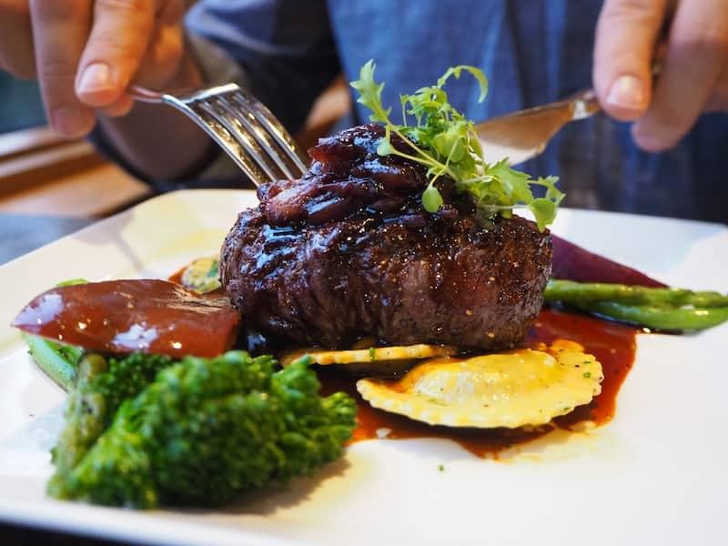 """Mahlzeit mit """"Alberta Beef"""", Bison oder anderen Wildtiergerichten wie Elch und Hirsch ..."""