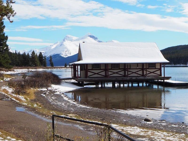 Auch der Maligne Lake (hier mit verschneitem und für die Saison bereits geschlossenen Bootshaus) begeistert uns ...
