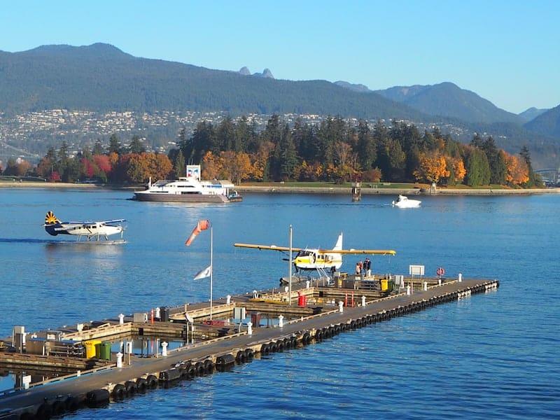 """... an der Waterfront den berühmten """"Water taxis"""", kleinen Wasserflugzeugen mit Platz für bis zu zwölf Passagiere, beim Starten und Landen zusehen ..."""