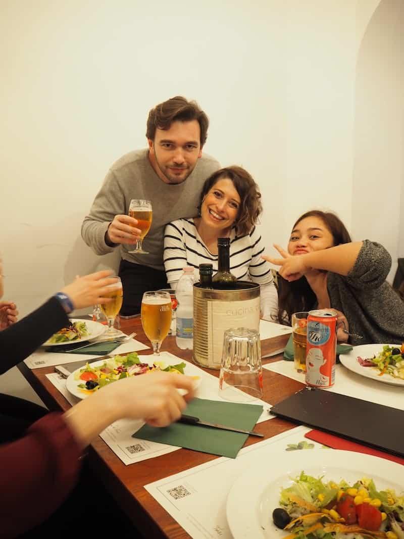 . das gute Essen und die gesellige, heitere Atmosphäre mit neuen Freunden und Bekannten sowieso.