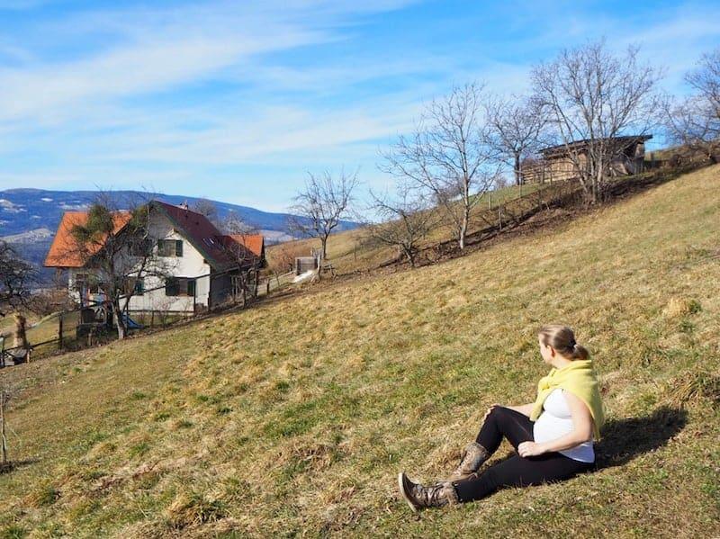 """""""Babymoon be like"""": Jahreszeitlich bedingt die ersten Frühlingssonnenstrahlen auf der Wiese am Pöllauberg in der Steiermark, nahe dem Bio-Wellness-Hotel Retter genießen ...!"""