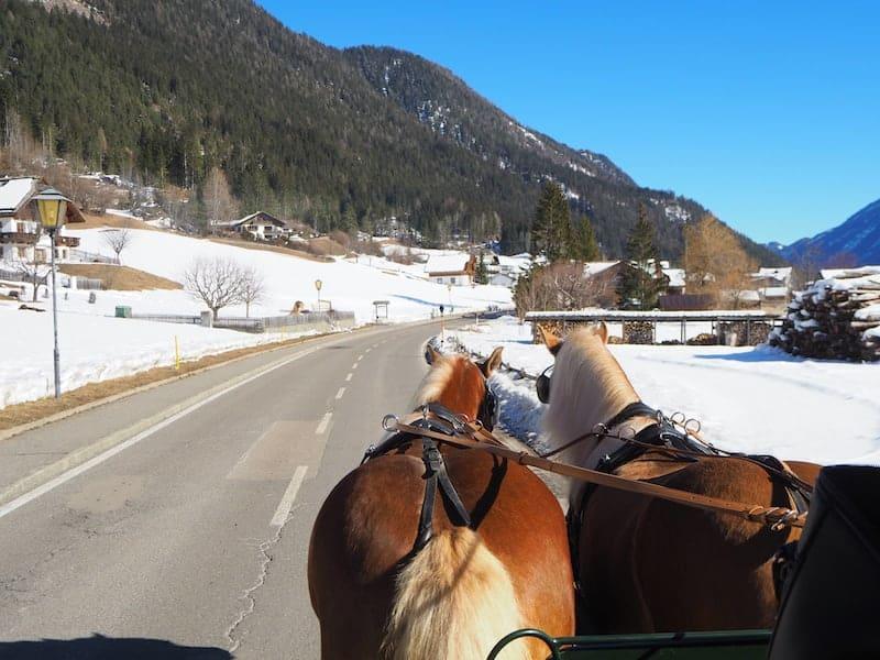 ... hin gelangt Ihr übrigens - und warum nicht? - auch mit der Pferdekutsche!