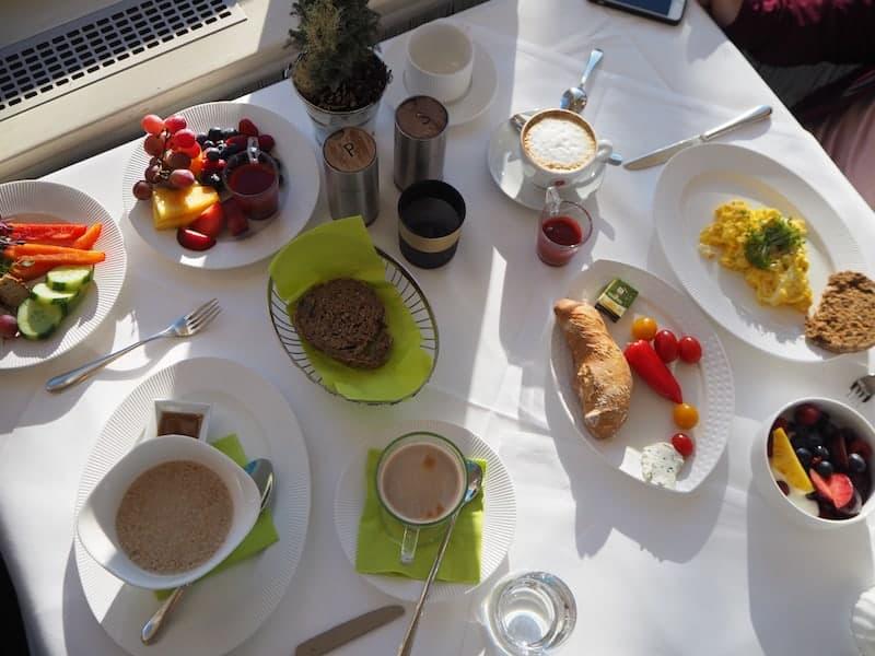 Im Gegenteil : Hier beim Blick auf das leckere Frühstück ...