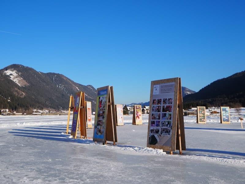 """Auch das ein """"nachhaltig-einzigartiges"""" Zeichen: Eine Fotoausstellung mitten auf dem Eis am Kärntner Weissensee!"""