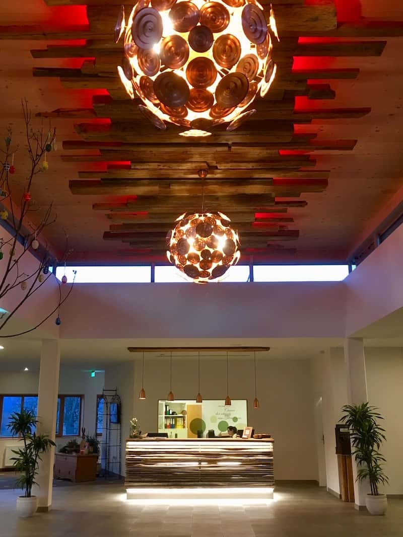 ... staunen wir nicht schlecht über die großzügig angelegte, nahezu überdimensionierte Hotel-Lobby ...