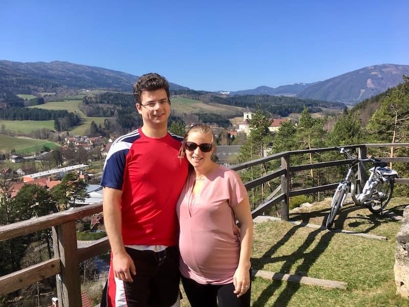 ... führt mich dank E-Motor im 8. Schwangerschaftsmonat bis hinauf zur Kirche von Kirchberg am Wechsel, deren Umfriedung den Blick auf die Weite der Landschaft freigibt !