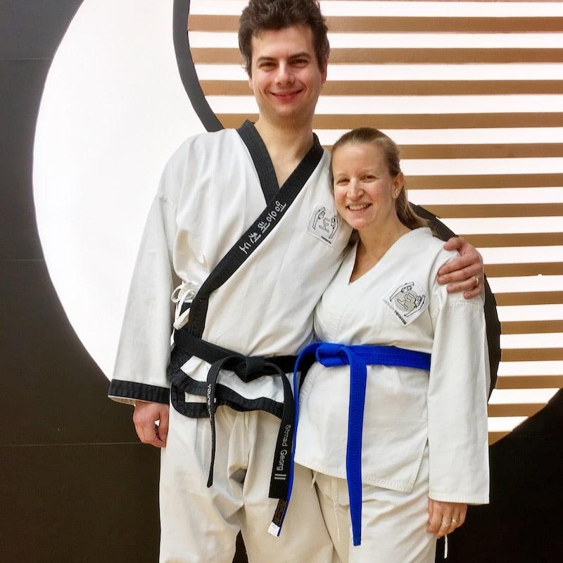 Georg und ich in einer der letzten gemeinsamen Taekwondo-Trainingsstunden. So gerne ich schwanger bin und diese Zeit als schön und einzigartig empfinde, so sehr freue ich mich auch schon wieder auf die Möglichkeit, Sport ausüben zu können.