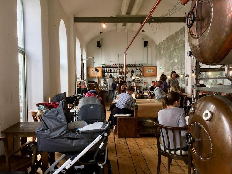 """Blick in die """"Turnhalle"""" (Café im 15. Bezirk) und einem spannenden Netzwerk-Treffen unter Jung-Müttern und UnternehmerInnen - tolle Diskussionen, Ratschläge und Tipps von Karuu (""""Karriere Unter Umständen"""")."""