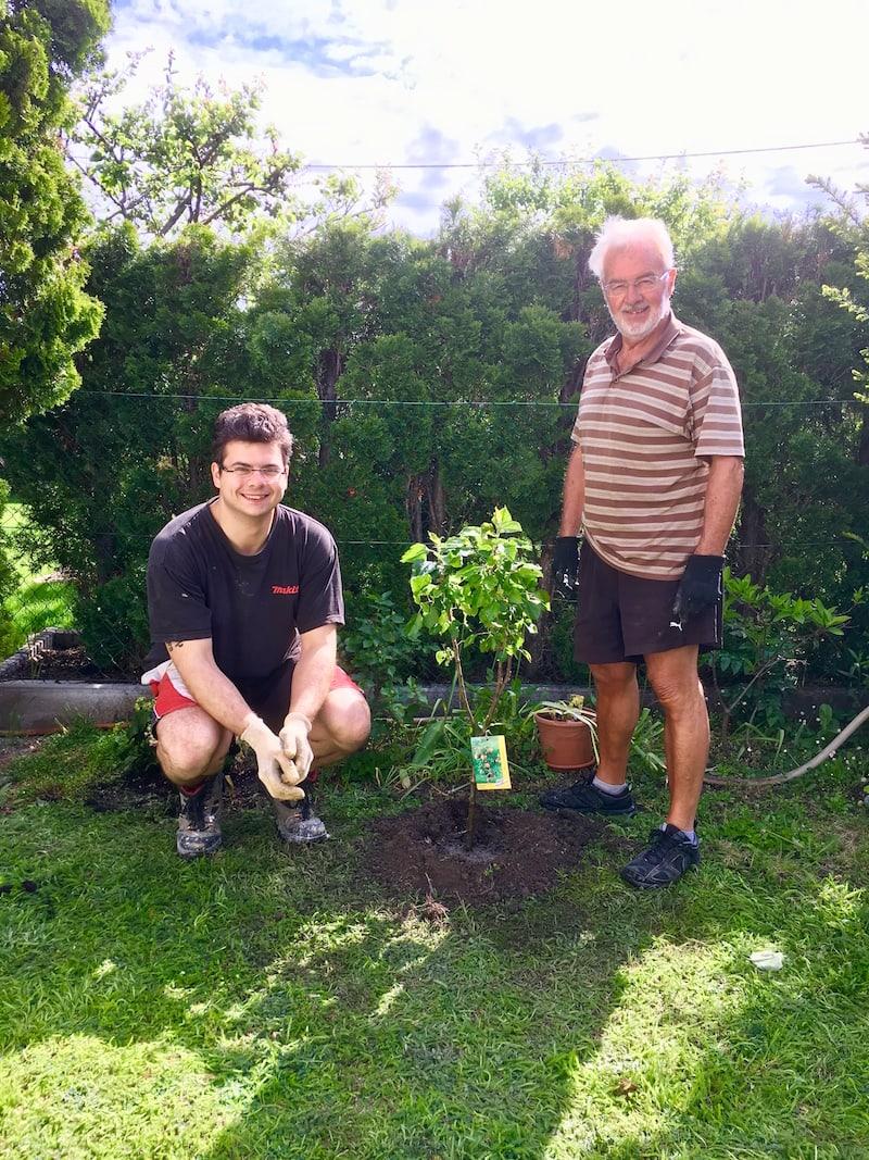Haus gebaut, Baum gepflanzt, Nachwuchs gezeugt: Georg und sein Opa mit allem Grund zum Strahlen.