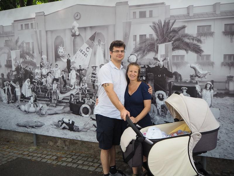 """... und schließlich """"gewinnt"""" der Kinderwagen mit seiner berühmten """"Wiege-Funktion"""": Liam schläft, während wir den Ausführungen von Klaus Lorenz, Tourismusdirektor der Stadt Baden zu zahlreichen Bildern des Festivals lauschen ..."""