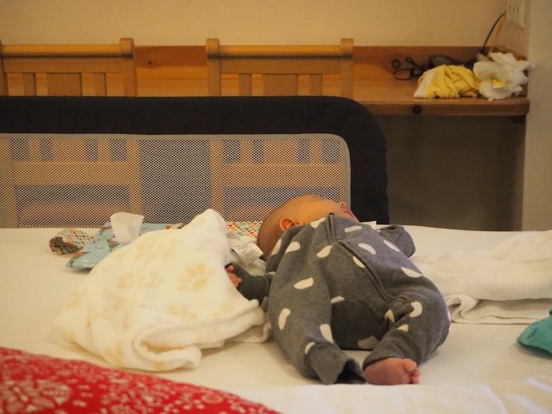 """... toll auch die Vorrichtung am Bett, sodass das Baby nicht versehentlich """"ins Rollen gerät"""" ...!"""