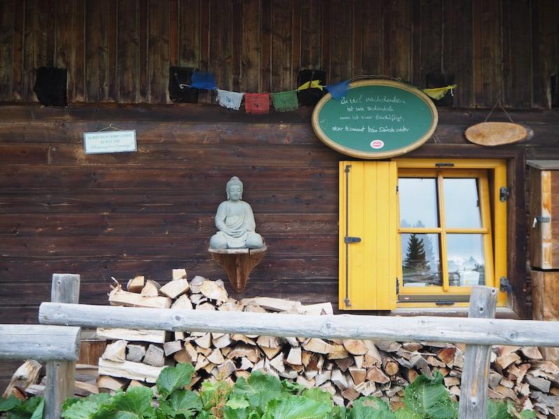 """... und auch der Buddha, der zur Ruhe und """"Einkehr"""" mahnt, darf hier nicht fehlen."""