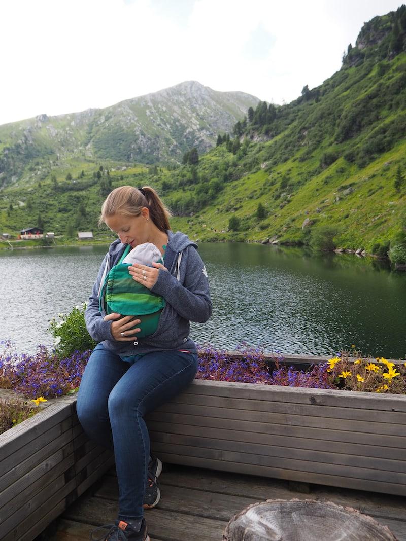 Meine eigene Jacke schließt sich wunderbar vorne über der Babytrage, und hält uns beide schön warm ...