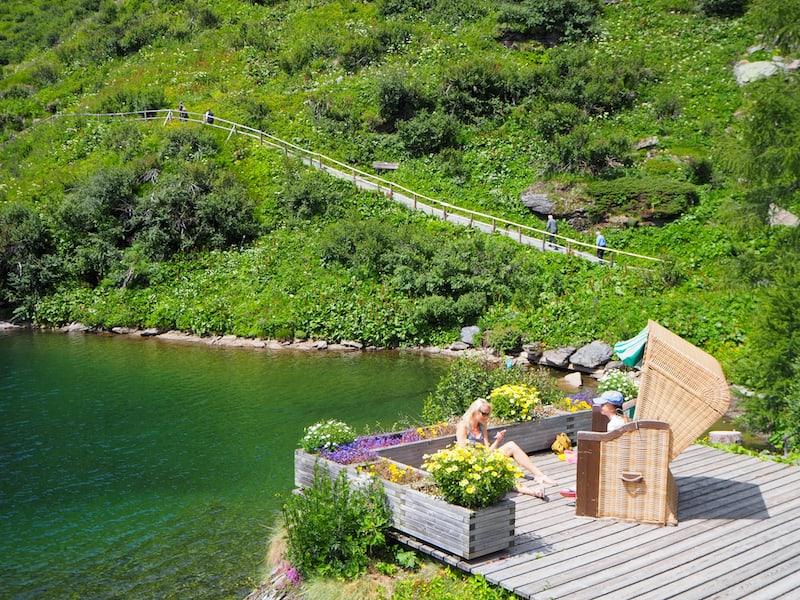 Entspannen könnt Ihr übrigens auch direkt am See: Hier gibt es einen privaten Bereich für Hotel-Gäste mit SUP-Verleihmöglichkeit, Strandkörben und Yoga-Deck.
