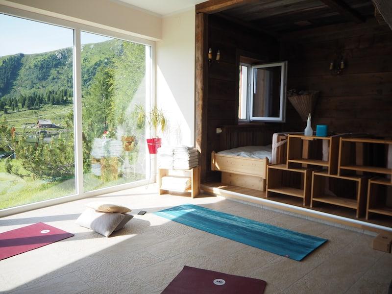 Yoga-Genuss am Morgen in völliger Ruhe: Die Antidote zum Alltag mit Baby quasi.