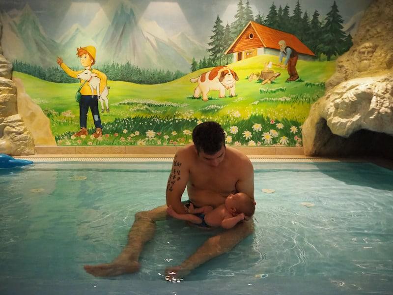 """Auch das Zeit für den Papa: Beim Babyschwimmen mit Liam im """"Heidi-Pool"""".!"""