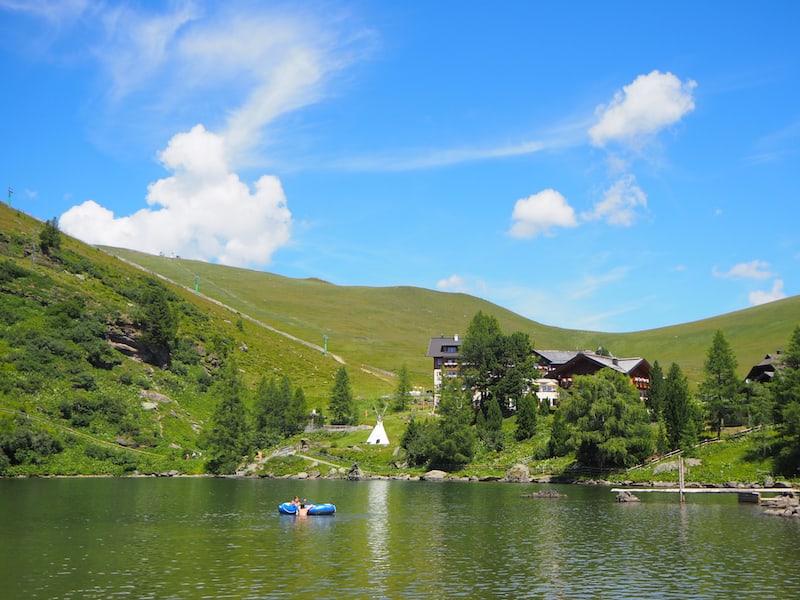 ... an einem schönen Tag erstrahlt die Kulisse rund um das Heidi-Hotel hier auf knapp 2.000 Meter Seehöhe förmlich.