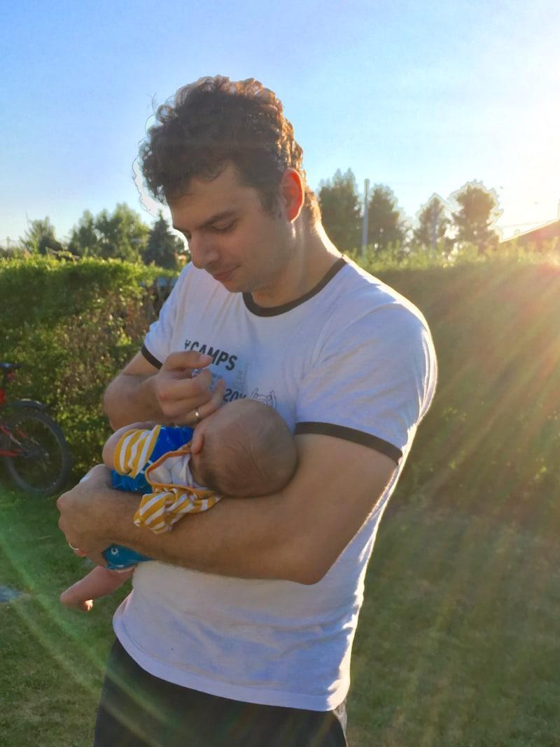 """... und natürlich Papa's starke Arme, sowie die """"Schnuller-Funktion"""" des Finger-Nuckelns, die gerade bei ihm so gut klappt."""