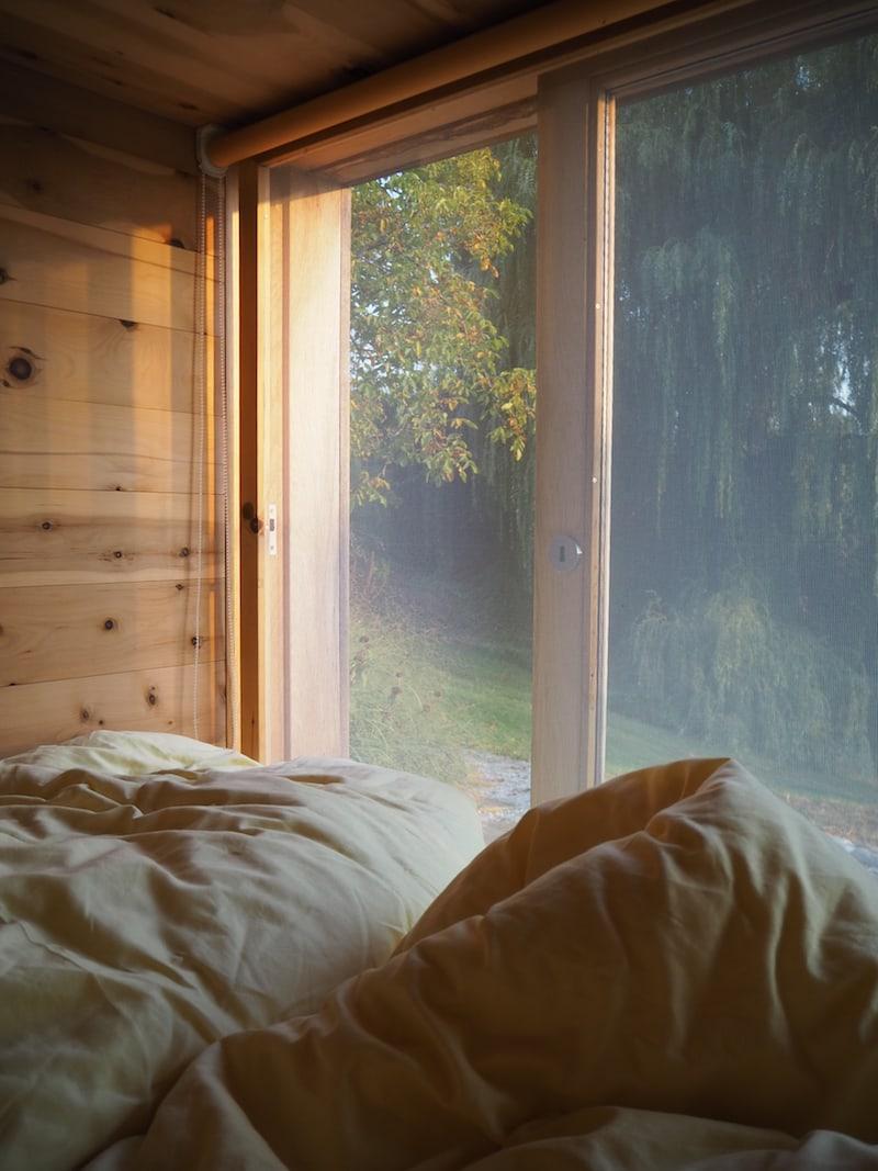 Innen drin ist es ultra gemütlich: Mit diesem Blick in die Natur wachen wir, in die warmen Betten gekuschelt, auf ...