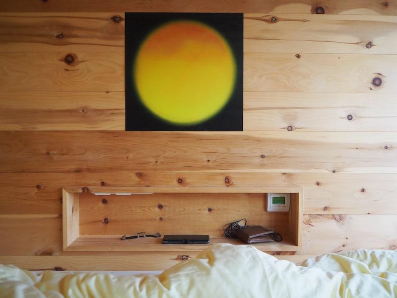 ... eine praktische Ablage findet sich auf jeder Seite der zwei Betten, auch Steckdosen sowie Lampen sind vorhanden ...