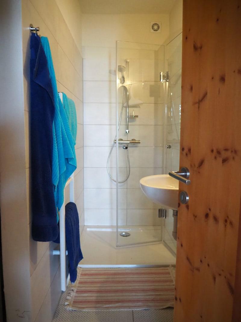... geht es, vorbei am modernen Badezimmer im Haupthaus ...